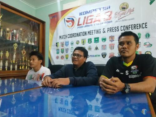 Pelatih Sumbersari FC, Saiful Imron (paling kanan) bersama Luxy Ariawan (paling kiri) saat sesi konferensi pers usai pertandingan (Hendra Saputra)