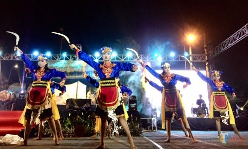 Salah satu tarian yang mewrnai Candra Peni Rangga di Balai Kota Among Tani, Senin (26/8/2019) malam. (Foto: Irsya Richa/MalangTIMES)