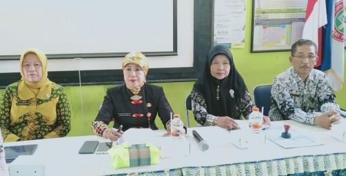 (urutan kedua dari kiri) Kepala Dinas Pendidikan Kota Malang, Dra Zubaidah MM. (Foto: Humas)