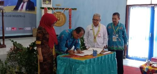 Tandatangan Kontrak, Kepala UPT BLK Situbondo (baju batik biru) bersama Kepala Dinas Tenaga Kerja Provinsi Jawa Timur (baju putih) (Foto: Sony Harono/SitubondoTIMES)
