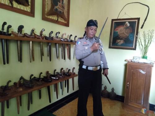 Kanit Laka Satlantas Polres Jombang, Iptu Sulaiman sang kolektor pusaka keris saat menunjukkan salah satu keris koleksinya. (Foto : Adi Rosul / JombangTIMES)