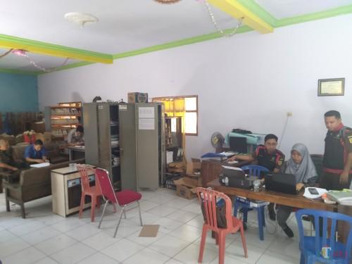 Suasana penggeledahan tim penyidik dari Kejaksaan Negeri Jombang ke kantor Desa Dukuhmojo, Kecamatan Mojoagung, Kabupaten Jombang. (Foto : Adi Rosul / JombangTIMES)