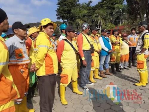 Kabid Kebersihan DLH Kota, Joao Maria Gomes Je Carvalho saat berkoordinasi dengan anggotanya (foto dok MalangTIMES)