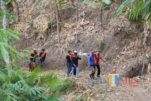 Para anggota bencana mengikuti gladi-simulasi bencana. (eko Arif s /JatimTimes)
