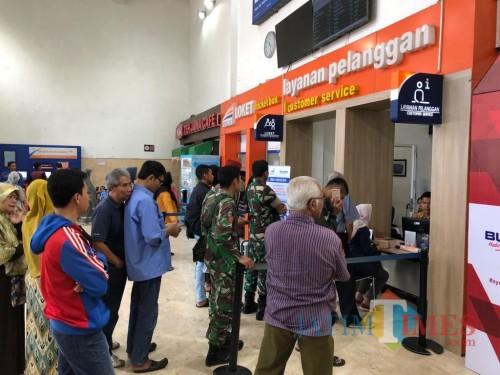 Para pengguna moda transportasi kereta api saat mengantre di loket pembelian tiket. (Foto: Dokumen MalangTIMES)