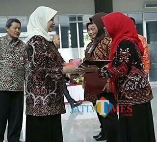 Bupati Kediri Hj Haryanti Sutrisno menyerahkan penghargaan kepada para PNS dilingkungan Pemkab Kediri. (eko Arif s /JatimTimes)