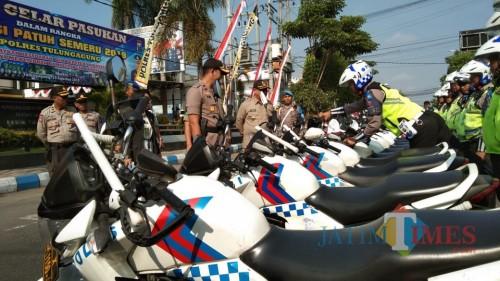 Wakapolres bersama Forkopimda memeriksa kelengkapan Operasi Patuh (foto : Joko Pramono/JatimTIMES)