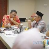 Wawali Surabaya Whisnu Sakti Buana saat bertemu Akademisi Unair