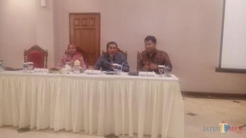 Bupati Jember Faida, komisioner KPK dan Satgas Pencegahan KPK saat press conference bersama puluhan jurnalis. (foto : Moh. Ali Makrus / Jatim TIMES)