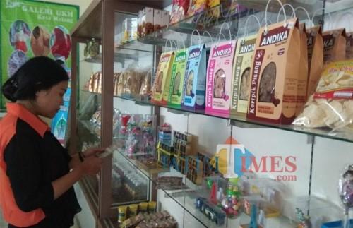 Produk-produk UMKM yang dipajang di Galeri Dinkop UKM Kota Malang di Jalan Panji Suroso. (Foto: Nurlayla Ratri/MalangTIMES)