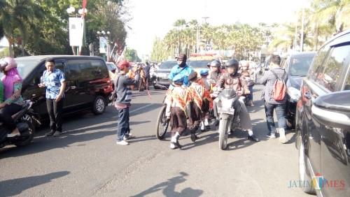 Pocil (Polisi Cilik) binaan Satlantas Polres Jember saat dilibatkan untuk sosialisasi Operasi Patuh Semeru ke pengendara di Jember (foto:Moh. Ali Makrus/ JatimTIMES)