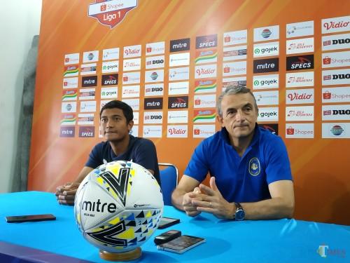 Milomir Seslija bersama Nasir dalam sesi konferensi pers sebelum menghadapi PSIS Semarang (Hendra Saputra)