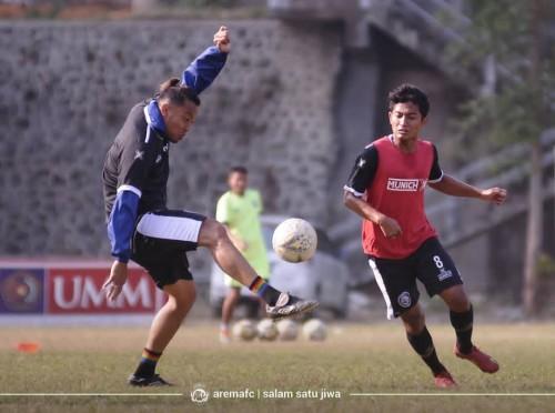 Nasir (kanan) saat berebut bola dengan Hamka Hamzah pada sesi latihan Arema FC. (official Arema FC)