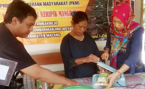 Program pelatihan mengelola keripik mangrove oleh dosen Unikama dalam program PKM. (Unikama for MalangTIMES)