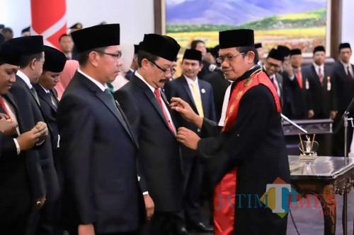 Wakil PN Kota Malang Judi Prasetyo saat memasangkan pin kepadaketua sementara DPRD Kota Batu Cahyo Edi Purnomodi gedung DPRD Kota Batu, Jumat (30/8/2019).