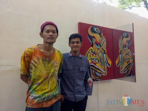 Seniman Trenggalek, Tobeng dan Danang bersama salah satu karyanya. (Foto: Imarotul Izzah/MalangTIMES)
