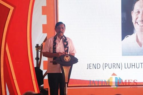Menko Kemaritiman Luhut Binsar Pandjaitan saat memberikan sambutan dalam kunjungan kerja di Kediri. (eko Arif s /JatimTimes)