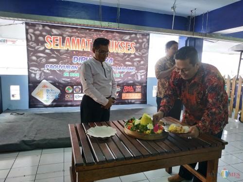 Pemotongan tumpeng oleh Ketua Paguyuban Terminal Kopi Malang, Heryanto bersama Ketua Kadin UMKM, Imam Abda'i (Hendra Saputra)