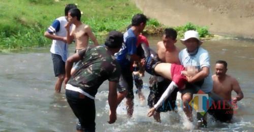 Tim saat melakukan evakuasi pada korban di DAM, Sabtu (31/8/2019). (Foto: istimewa)