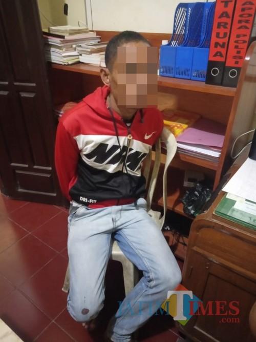 Suroso, tersangka kasus penganiayaan terhadap adik kandungnya hingga meninggal dunia, saat diamankan polisi. (Foto : Polsek Donomulyo for MalangTIMES)