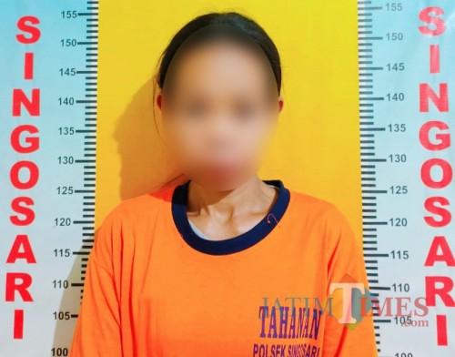 Tersangka Jumi'ati saat diringkus polisi karena kasus penipuan dan pencurian melalui sarana elektronik (Foto:  Polsek Singosari for MalangTIMES)