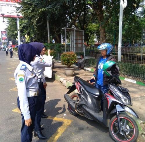 Petugas Dishub yang menertibkan parkir liar di kawasan Jalan Trunojoyo (Doc MalangTIMES)