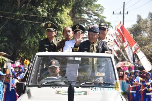Plt Bupati Malang Sanusi saat berada di Jeep sambil melambaikan tangannya dalam acara Pesona Gondanglegi VIII (Humas Kab Malang)