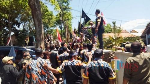 Aksi unjuk rasa massa LSM GMBI didepan kantor Dinsos Banyuwangi