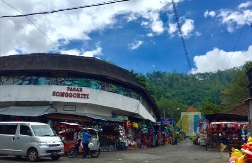 Pasar Songgoritidi kawasan Dusun Songgoriti, Kelurahan Songgokerto, Kecamatan Batu. (Foto: Irsya Richa/MalangTIMES)