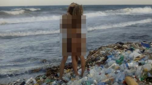 Salah satu adegan dalam pornhub dengan pemandangan sampah di pinggir pantai. (Foto: istimewa)