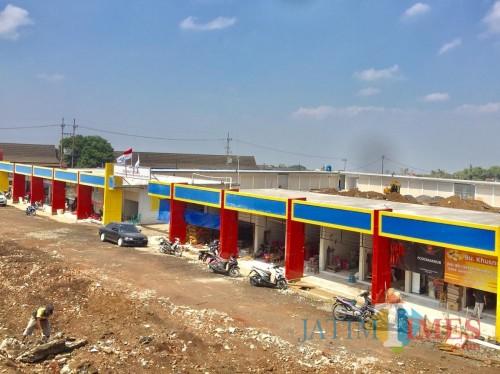 Salah satu pembangunan pasar unit sayur Kota Batu yang digarap oleh Dinas Perumahan Kawasan Permukiman dan Pertanahan yang saat ini masih berlangsung. (Foto: Irsya Richa/MalangTIMES)