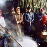 Wali Kota Batu Bikin Jenang Suro Bareng Warga Songgoriti