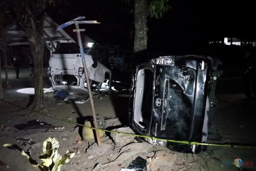 Kendaraan yang rusak akibat bentrok suporter Persik Kediri vs PSIM Jogjakarta  di Kediri. (Foto: Bambang Setioko/JatimTIMES)