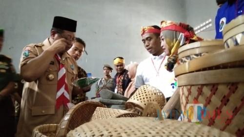 Bupati Tulungagung, maryoto Birowo (baju pramuka) saat melihat produk unggulan desa di Bursa Inovasi Desa (foto : Joko Pramono/Jatiim Times)