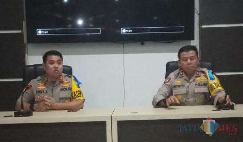 Kapolres Malang Kota AKBP Dony Alexander SIK MH (kiri) dan Kabag Ops Polres Malang Kota Kompol Sutantyo. (Anggara Sudiongko/MalangTIMES)