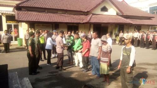 Kapolres bersama Dandim 0824 Jember saat mengukuhkan Satgas Antijudi Pilkades di halaman Mapolres Jember (foto: Moh. Ali Makrus / JatimTIMES)