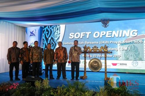 Menristek Dikti Mohamad Nasir (kanan) bersama para pimpinan Universitas Negeri Malang (UM). (Foto: Imarotul Izzah/MalangTIMES)