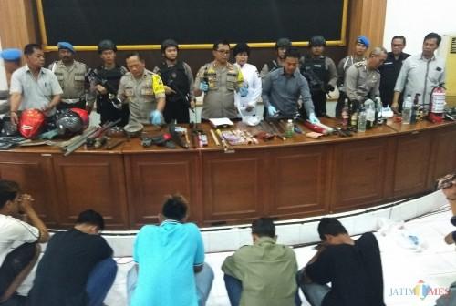 Kapolresta Kediri AKBP Anthon Haryadi saat menggelar press release. (eko Arif s /JatimTimes)