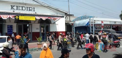Suasana stasiun besar Kota saat pemulangan suporter PSIM di jaga ketat oleh petugas kepolisian. (eko Arif s /JatimTimes)
