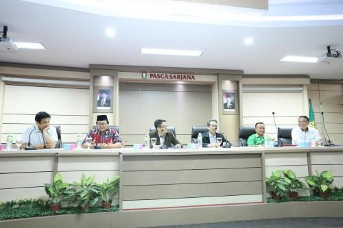 Abdul Aziz melakukan konferensi press didampingi oleh Direktur dan Wakil Direktur Pascasarjana dan Promotor. (Foto: Humas UIN Sunan Kalijaga Yogyakarta)