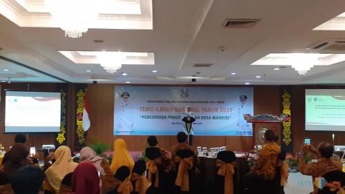 Gubernur Jawa Timur Khofifah Indar Parawansa saat hadir membuka acara Temu Ilmiah Nssional yang digelar di Hotel Regent Park Kota Malang, Selasa (3/9/2019) malam. (Pipit Anggraeni/MalangTIMES).