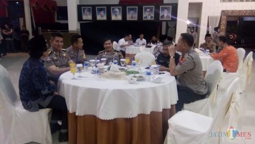 Wakil Bupati Jember Drs KH Abdul Muqit Arief saat menemui tim penilai Pemilihan Polisi Teladan di  Pendopo Pemkab Jember. (foto : Moh. Ali Makrus / Jatim TIMES)
