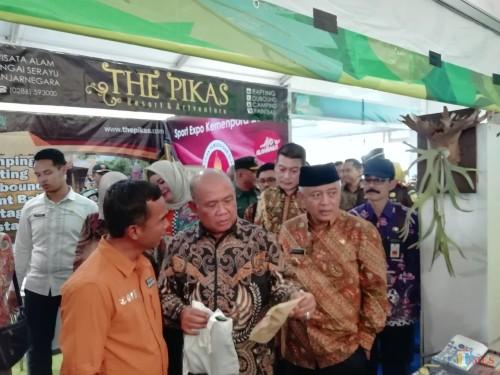 Dirjen Perdagangan Dalam Negeri Kemendag Suhanto (2 dari kiri) saat bertandang ke stand expo (Nana)