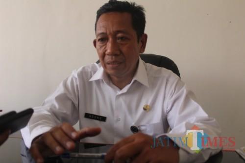 Kepala Bagian Hukum Setdakab Jombang, Abdul Majid Nindy Agung saat diwawancarai di ruangannya. (Foto : Adi Rosul / JombangTIMES)