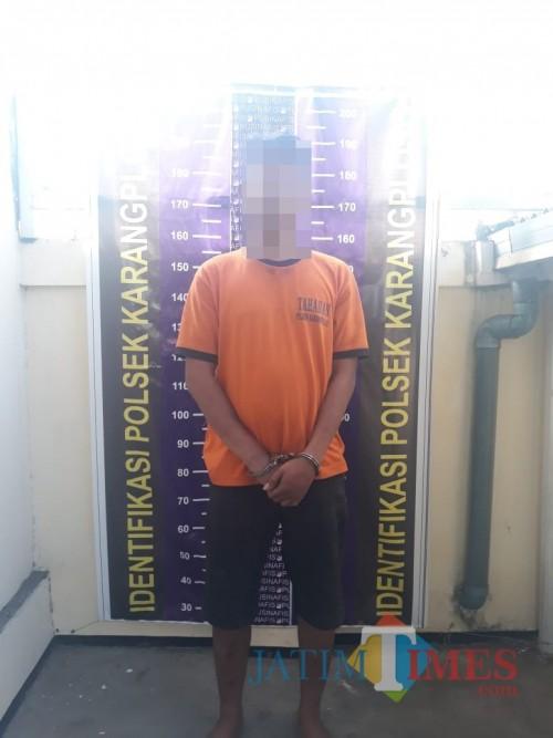Fendi Siskanto tersangka kasus pencurian di lokasi keramaian saat diamankan polisi ke kantor Polsek Karangploso (Foto : Polsek Karangploso for MalangTIMES)