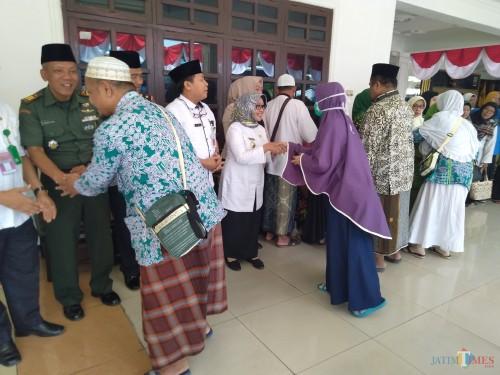 (tengah berkacamata) Bupati Jombang, Hj Mundjidah Wahab menyalami jemaah haji yang baru datang di Pendopo Kabupaten Jombang setelah menunaikam ibadah haji ke tanah suci Mekkah. (Foto : Adi Rosul / JombangTIMES)
