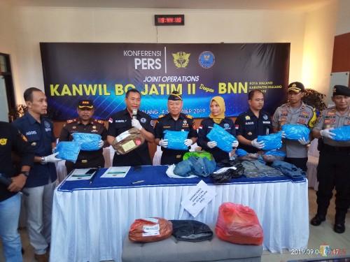 Tim gabungan yang berhasil menggagalkan pengiriman paket ganja ke Malang (Anggara Sudiongko/ MalangTIMES)