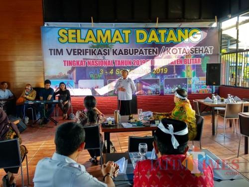 Bupati Blitar Rijanto saat menyambut tim verifikasi Kabupaten/Kota Sehat Kemenkes RI.(Foto : Malik Naharul/BlitarTIMES)