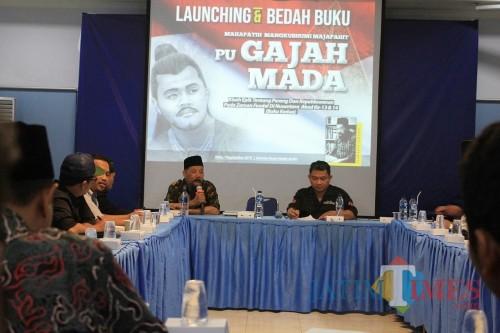 KH Agus Sunyoto saat membedah buku pu Gajah Mada. (eko Arif s /JatimTimes)