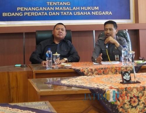 Kepala DPKPCK Kabupaten Malang Wahyu Hidayat (kanan) saat bersama kajari Kepanjen. (Nana)